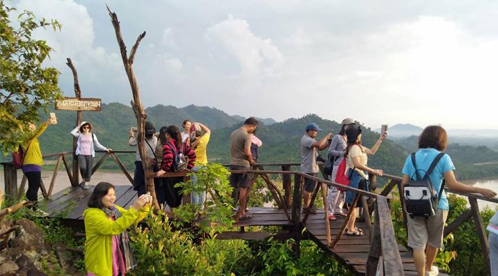 """หนองคายคึกคัก นักท่องเที่ยวแห่ชมทะเลหมอก วิวมุมสูงไทย-ลาวที่ """"ภูหนอง"""""""
